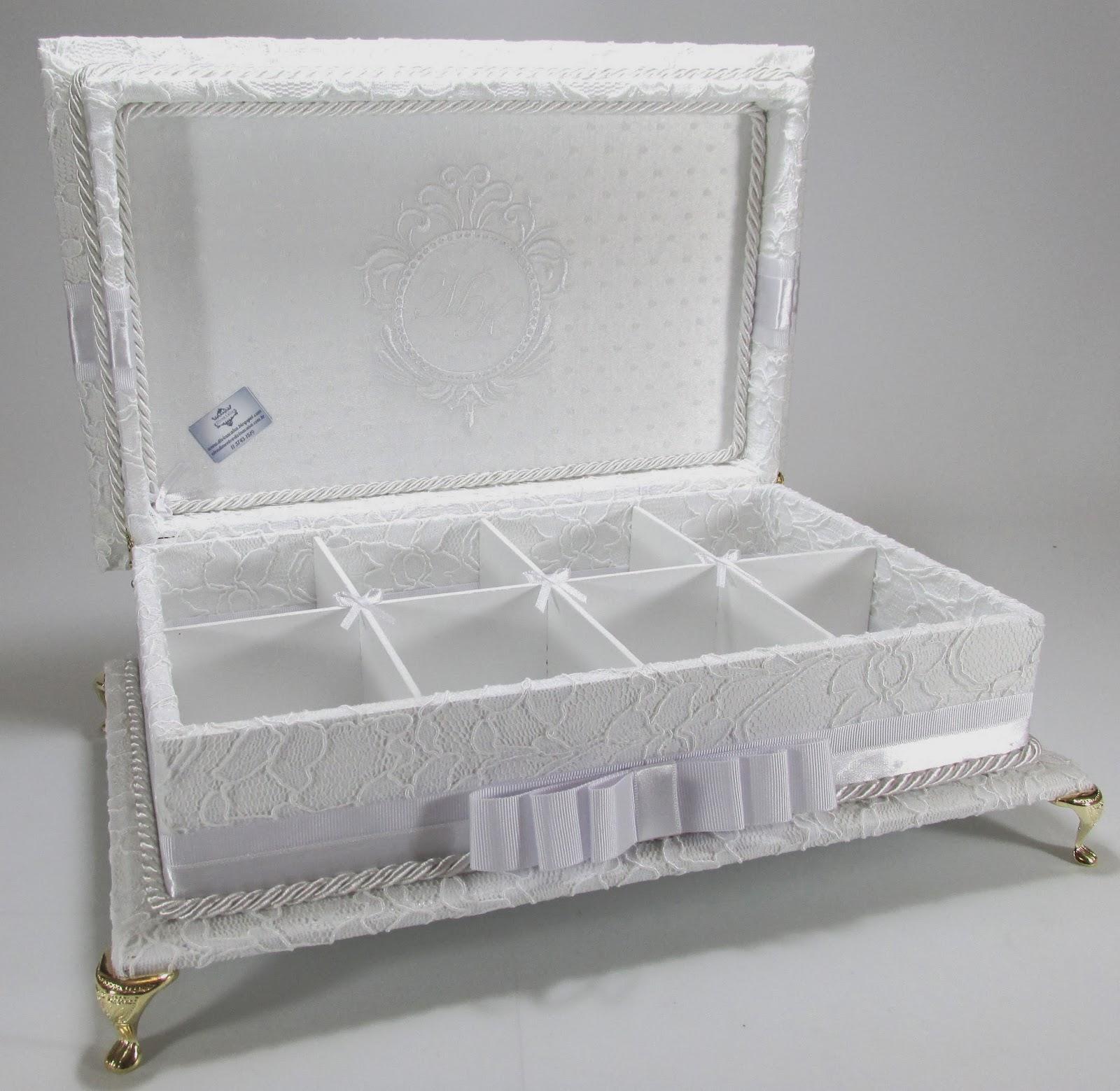 Caixa Kit Toalete em RENDA bordada e com pés de metal. Um luxo  #453A2A 1600x1559